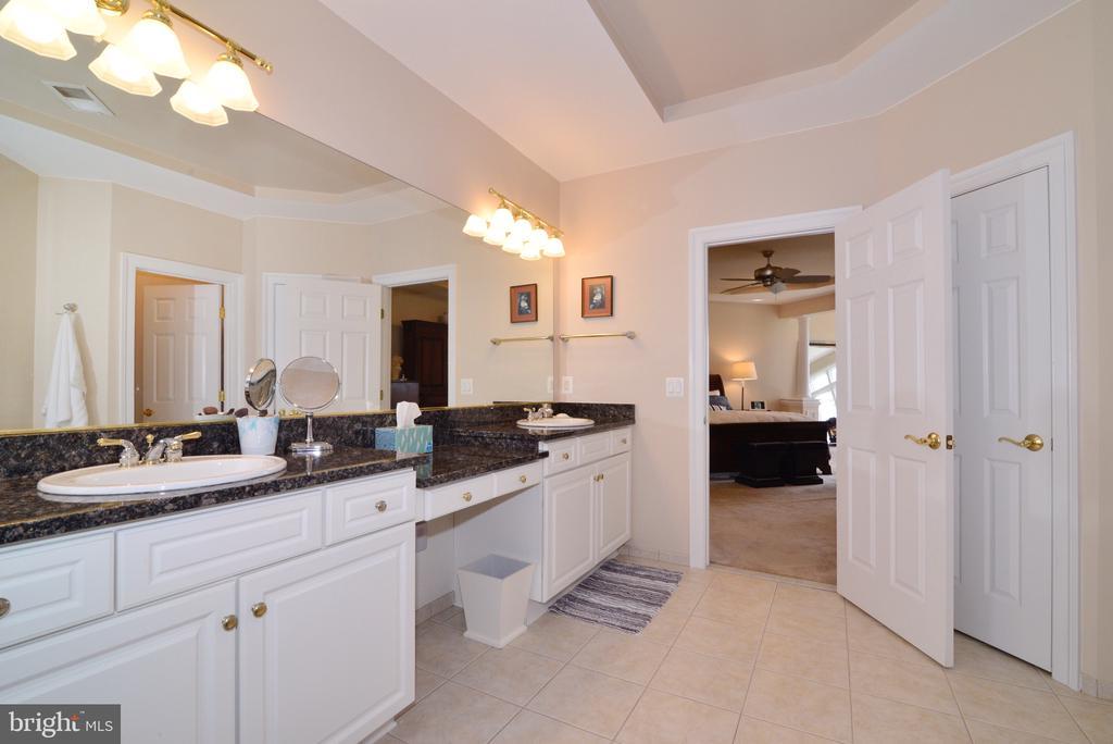 Master bathroom w/dual sinks & granite countertops - 43663 PALMETTO DUNES TER, LEESBURG