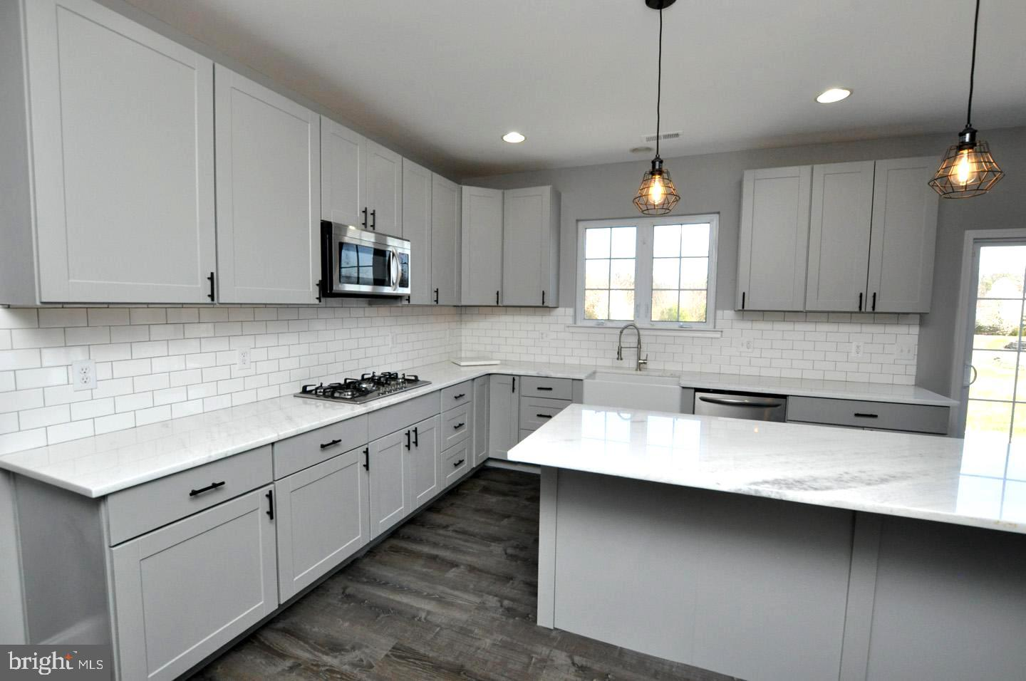 Shaker cabinets, farmhouse sink, subway tile