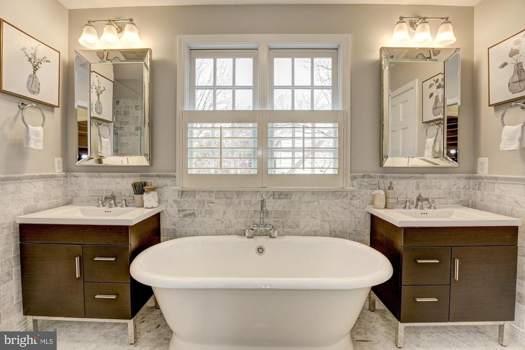 Master Bath, cast iron tub, double vanities - 2366 N OAKLAND ST, ARLINGTON