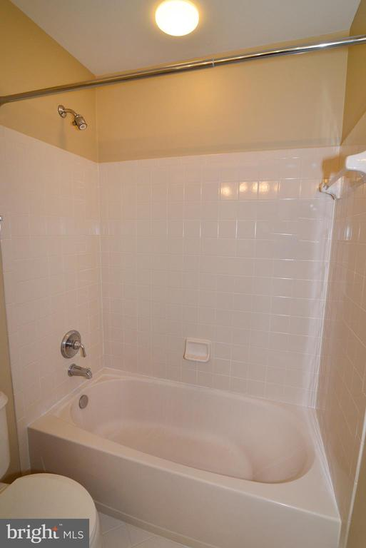 Tub/shower in buddy bath - 1439 HARLE PL SW, LEESBURG
