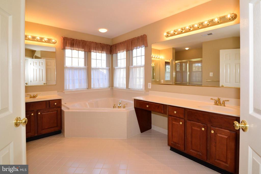 Ensuite owners bath w dual vanities, soaking tub - 1439 HARLE PL SW, LEESBURG