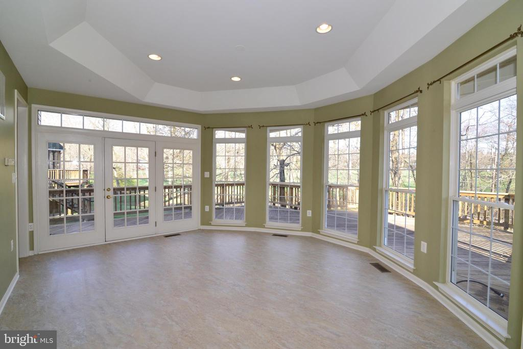 Sunlit solarium with doors to deck - 1439 HARLE PL SW, LEESBURG