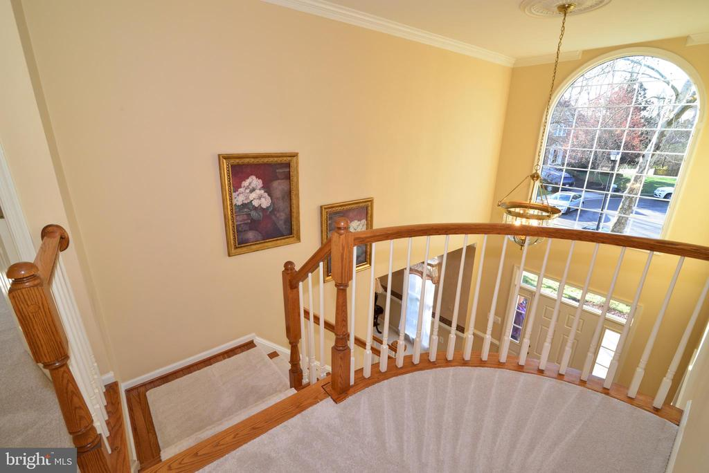 Curved railing on second floor landing - 1439 HARLE PL SW, LEESBURG