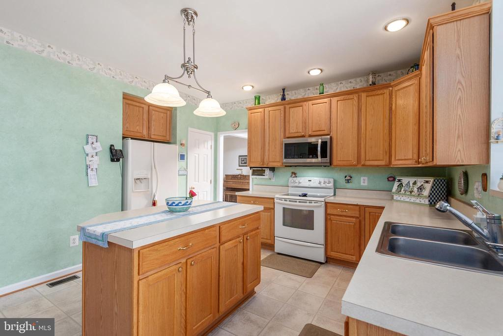 Double sink, pantry this kitchen has it all - 28 FIREBERRY BLVD, STAFFORD