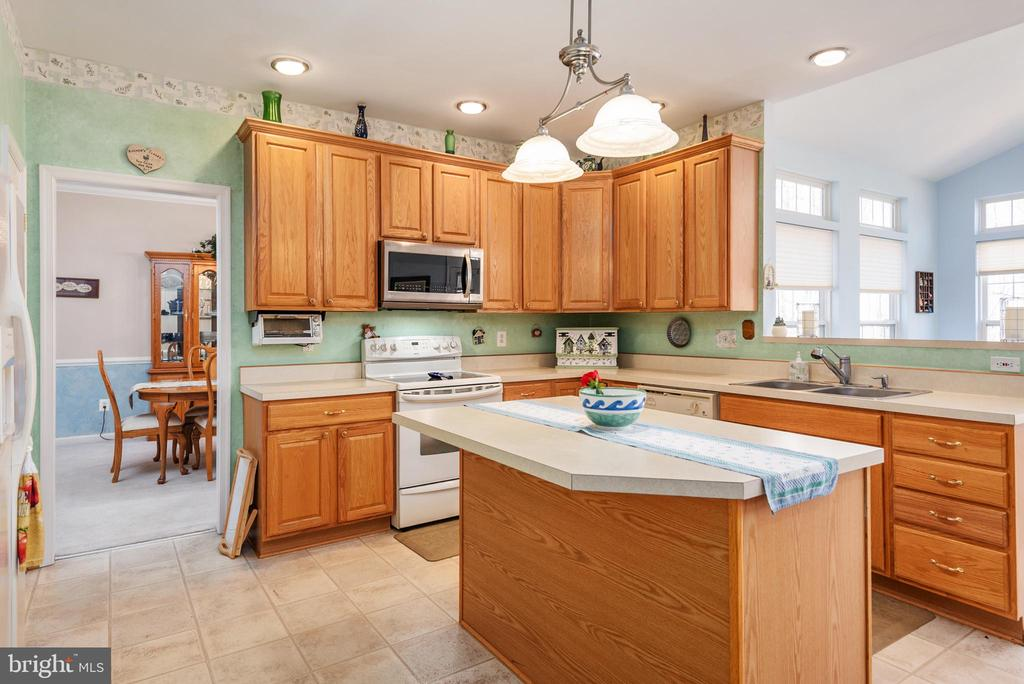 Recessed lighting creates a bright kitchen - 28 FIREBERRY BLVD, STAFFORD