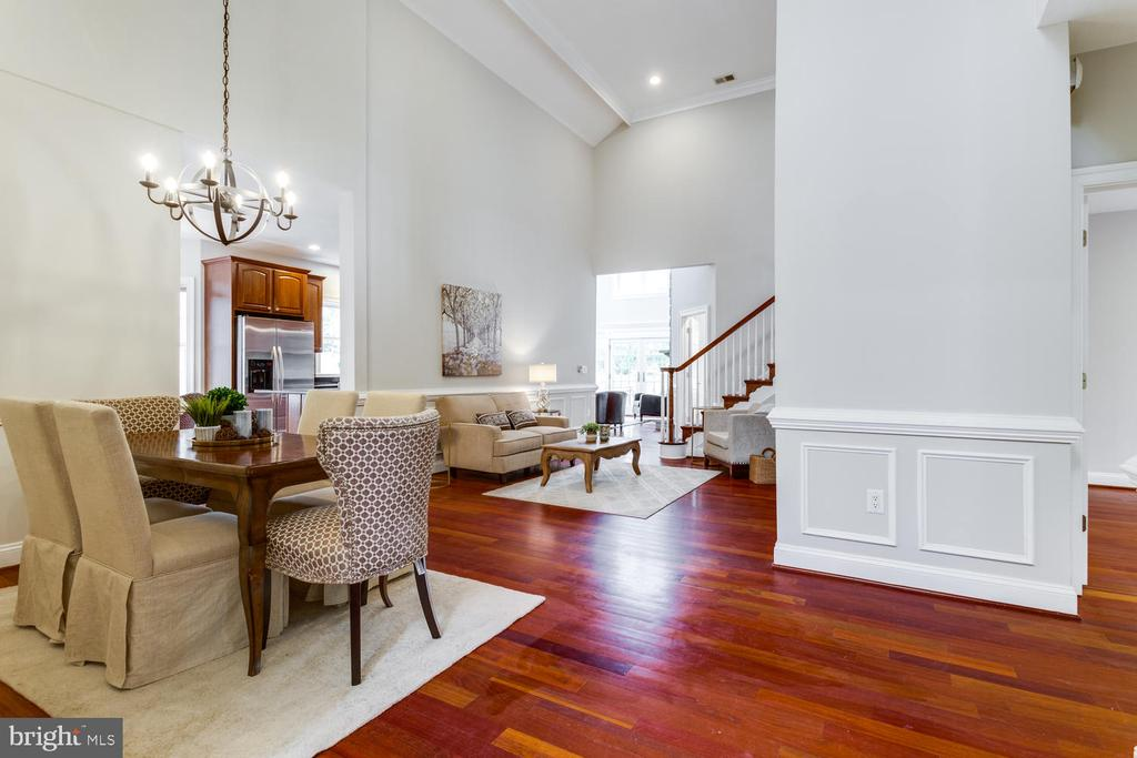 Open floor plan for entertaining - 8012 BAINBRIDGE RD, ALEXANDRIA