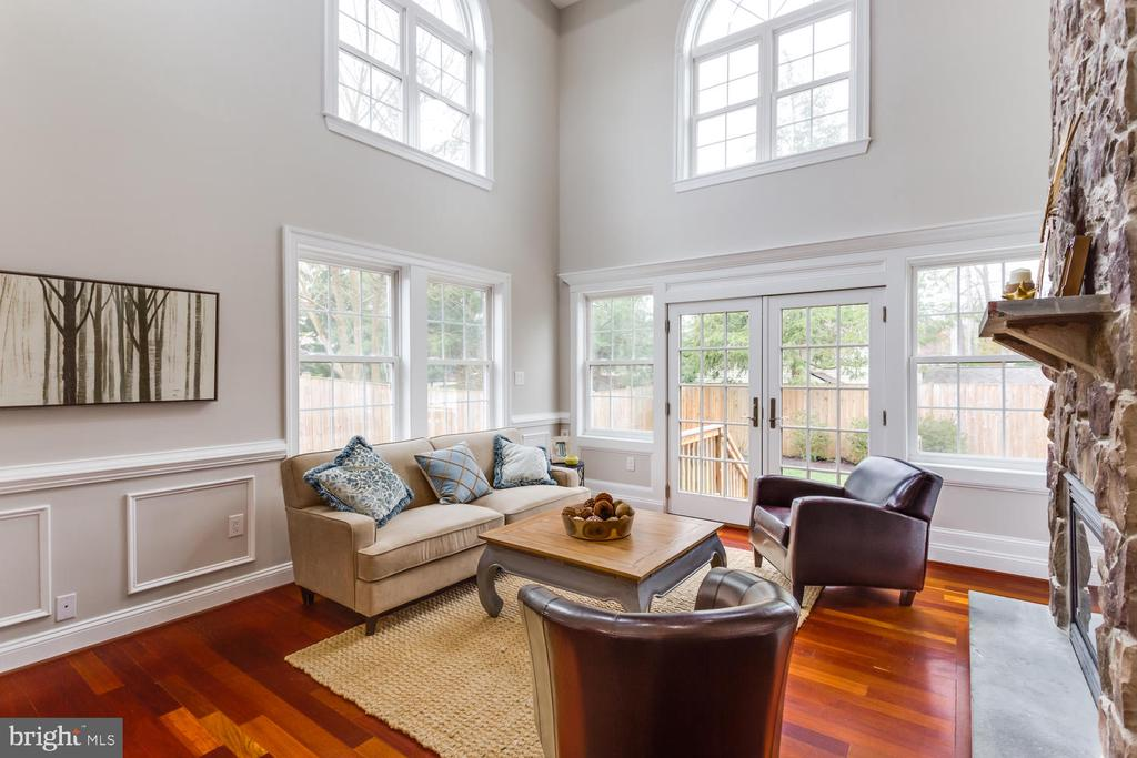 Two stories of windows in the family room - 8012 BAINBRIDGE RD, ALEXANDRIA