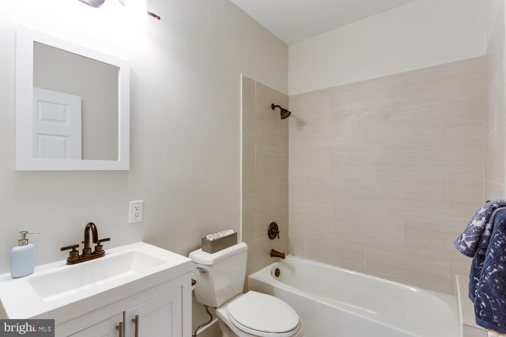 Updated Hall bath - 8012 BAINBRIDGE RD, ALEXANDRIA