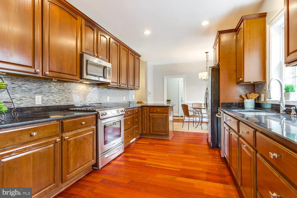 Granite, tall cabinets and stainless steel - 8012 BAINBRIDGE RD, ALEXANDRIA