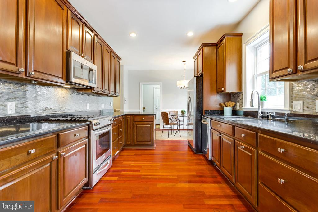 Sumptuous kitchen - 8012 BAINBRIDGE RD, ALEXANDRIA