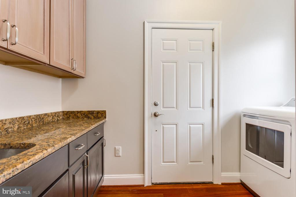 Separate laundry room  - to garage - 8012 BAINBRIDGE RD, ALEXANDRIA