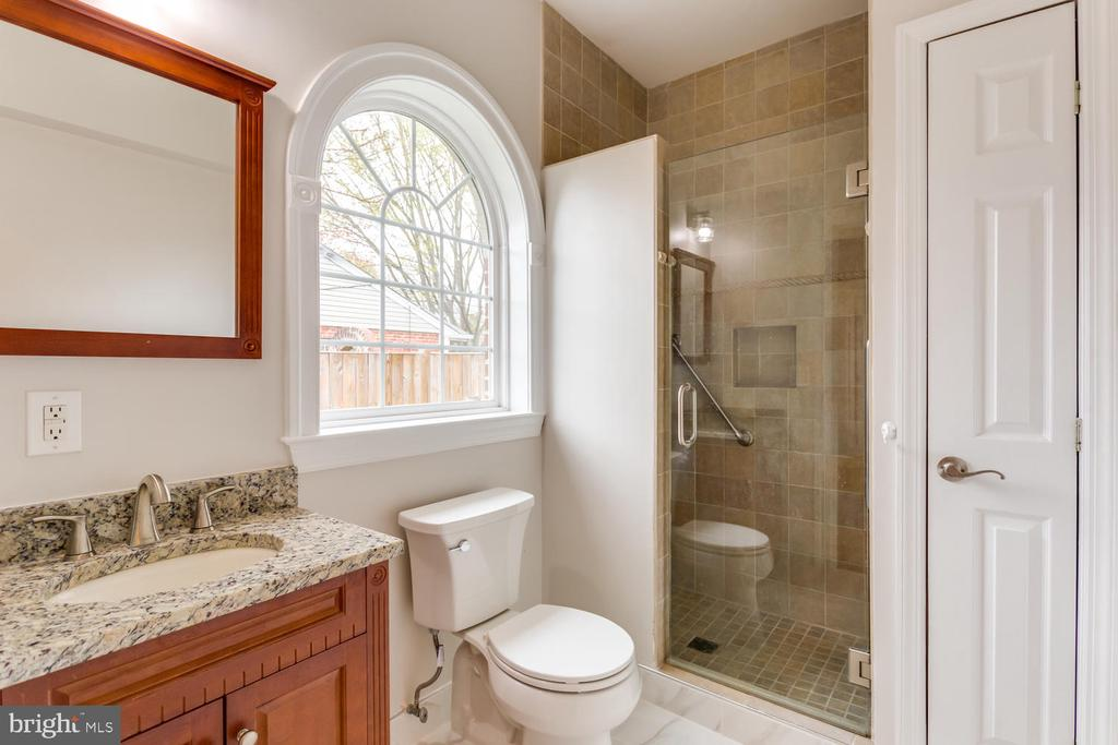 Ensuite bath - 8012 BAINBRIDGE RD, ALEXANDRIA