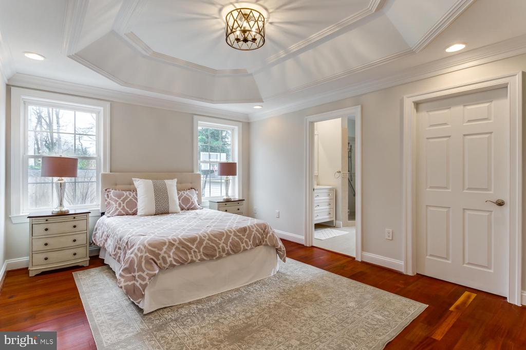 Elegant master bedroom - 8012 BAINBRIDGE RD, ALEXANDRIA