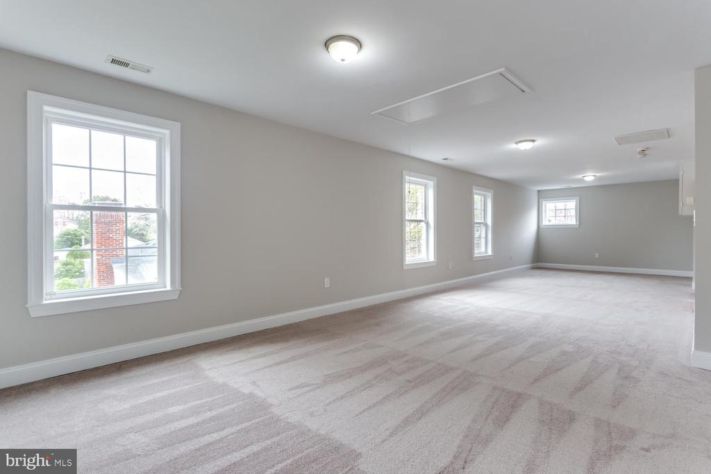 Large Office space or playroom - 8012 BAINBRIDGE RD, ALEXANDRIA
