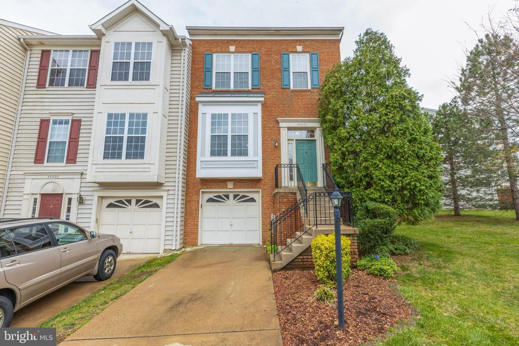 - 44001 KINGS ARMS SQ, ASHBURN