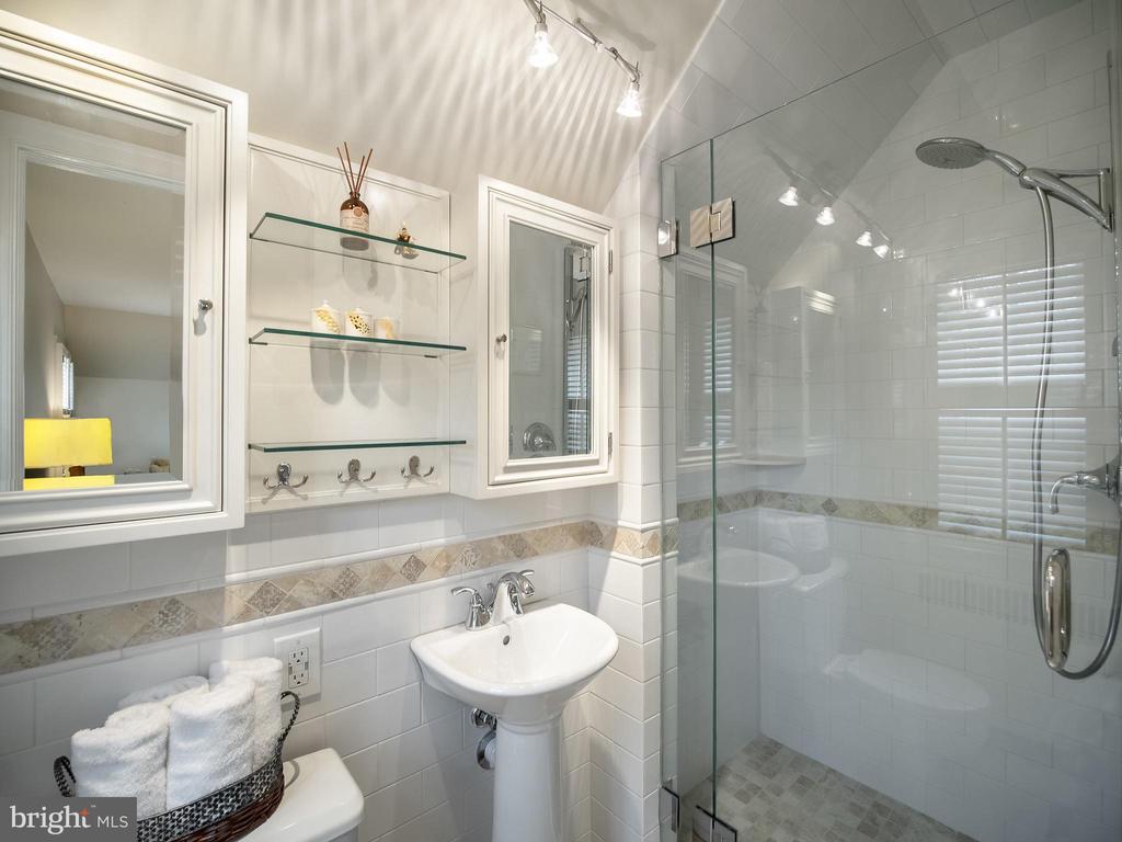 Bedroom 2- en-suite bath - 915 MCCENEY AVE, SILVER SPRING