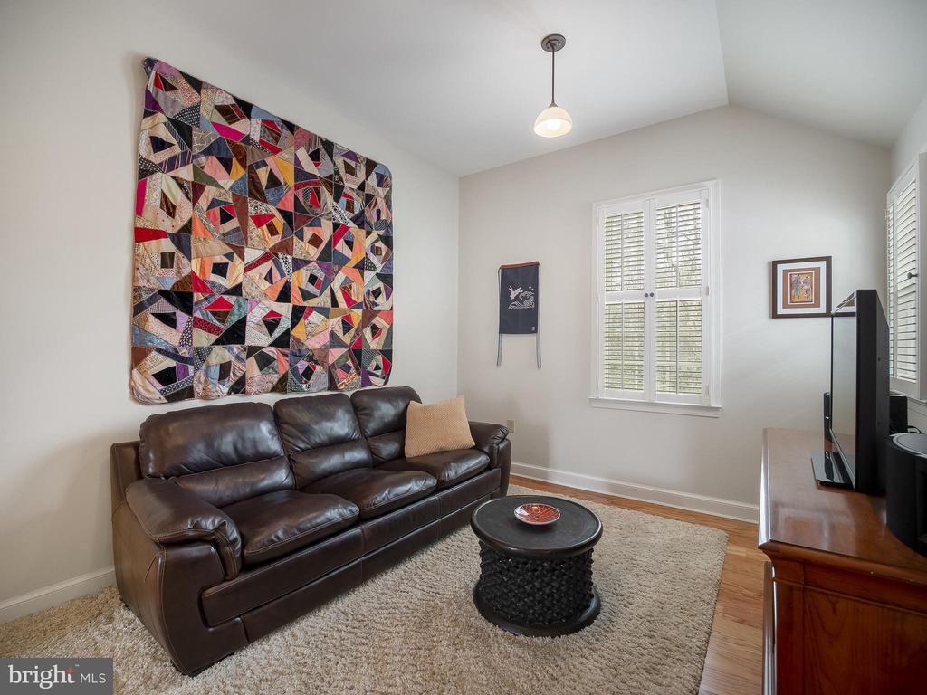 Sitting room in owners' suite - 915 MCCENEY AVE, SILVER SPRING