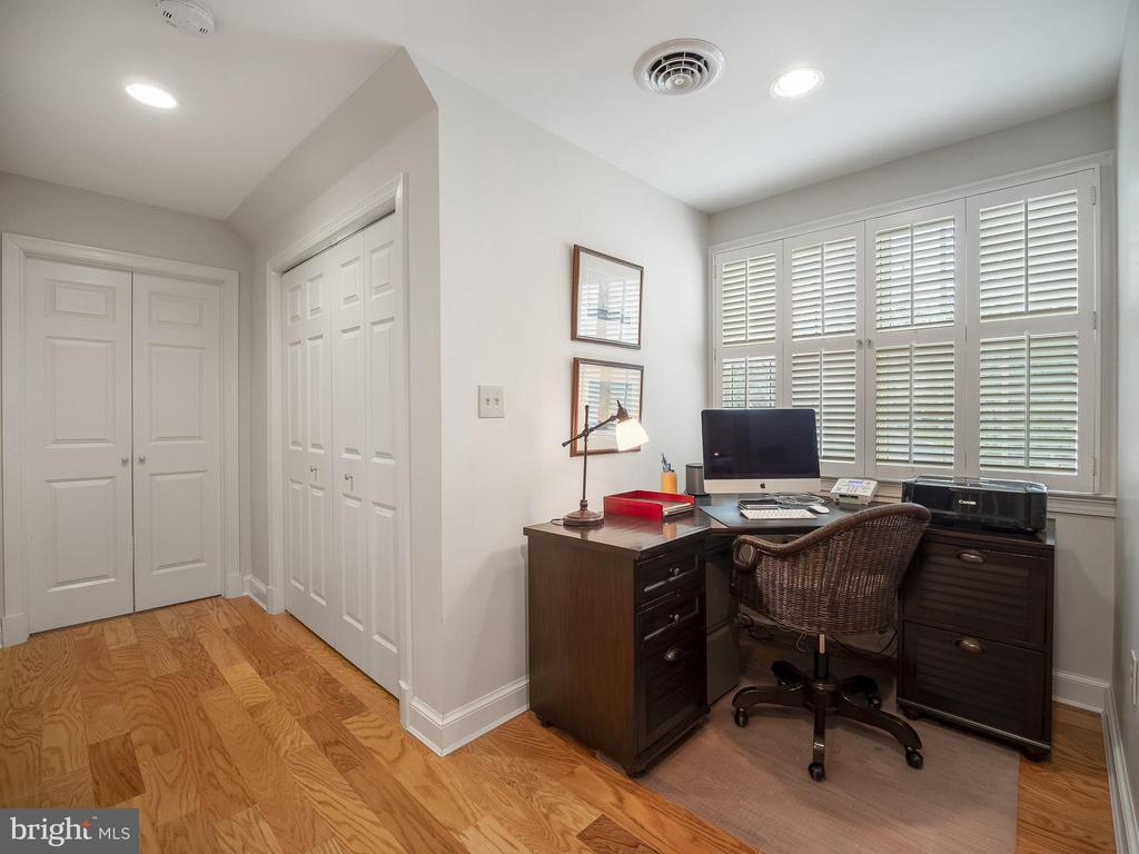 office nook just off the kitchen/laundry rooms - 915 MCCENEY AVE, SILVER SPRING