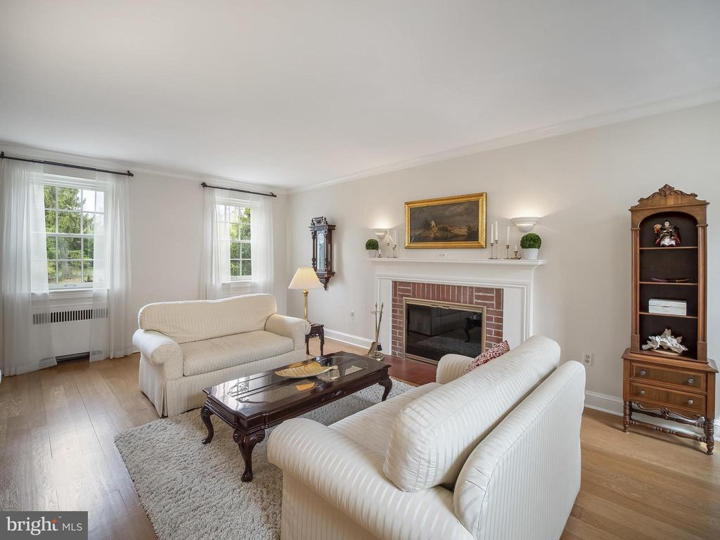 This sitting room is right off the entry hall - 915 MCCENEY AVE, SILVER SPRING