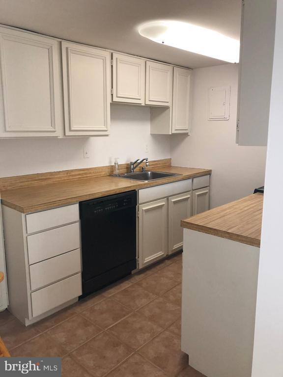 White Kitchen w/ Plenty of Cabinets - 1300 ARMY NAVY DR #1012, ARLINGTON