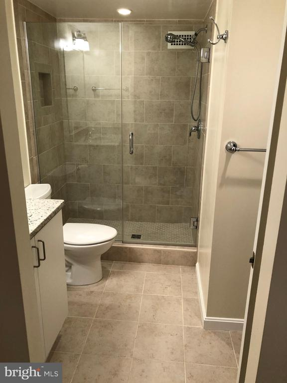 Master BA with Tiled Shower - 1300 ARMY NAVY DR #1012, ARLINGTON