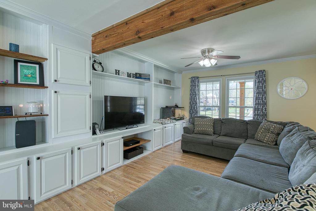 Built-in shelving and cabinets - 435 OAKRIDGE DR, STAFFORD
