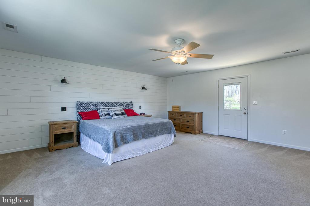 Master suite with door to balcony. - 435 OAKRIDGE DR, STAFFORD