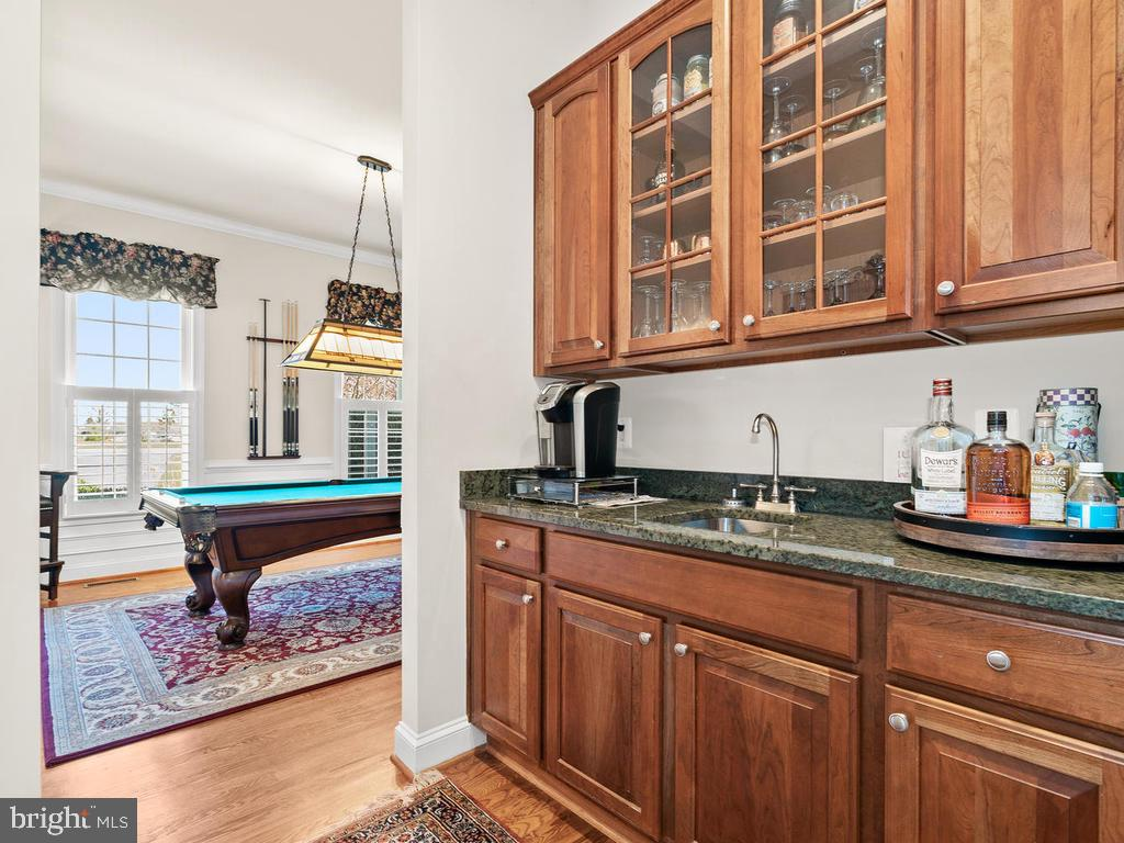 Butler's pantry with sink - 38511 DITCHLING PL, HAMILTON