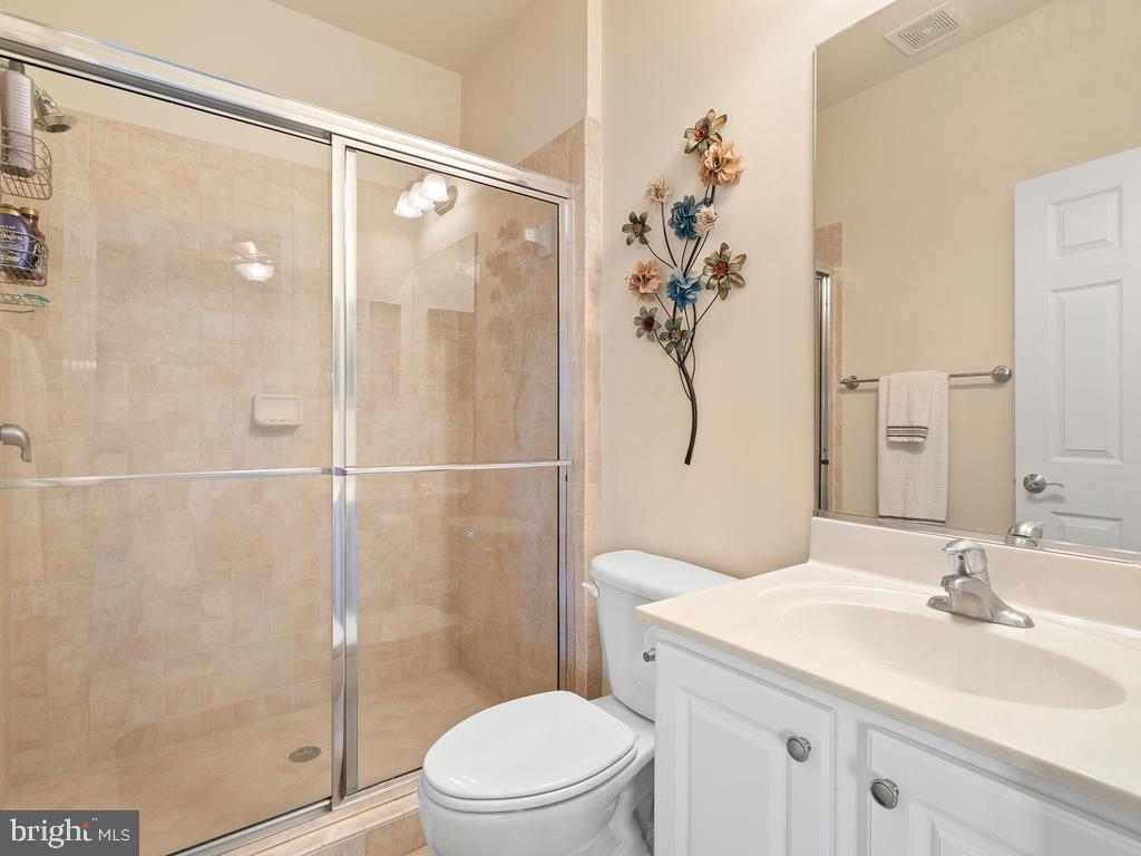 Private bath for bedroom 2 - 38511 DITCHLING PL, HAMILTON