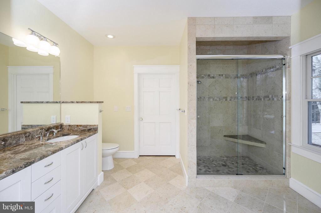 Luxurious master bath offers all the amenities - 123 MT VERNON CT, LOCUST GROVE