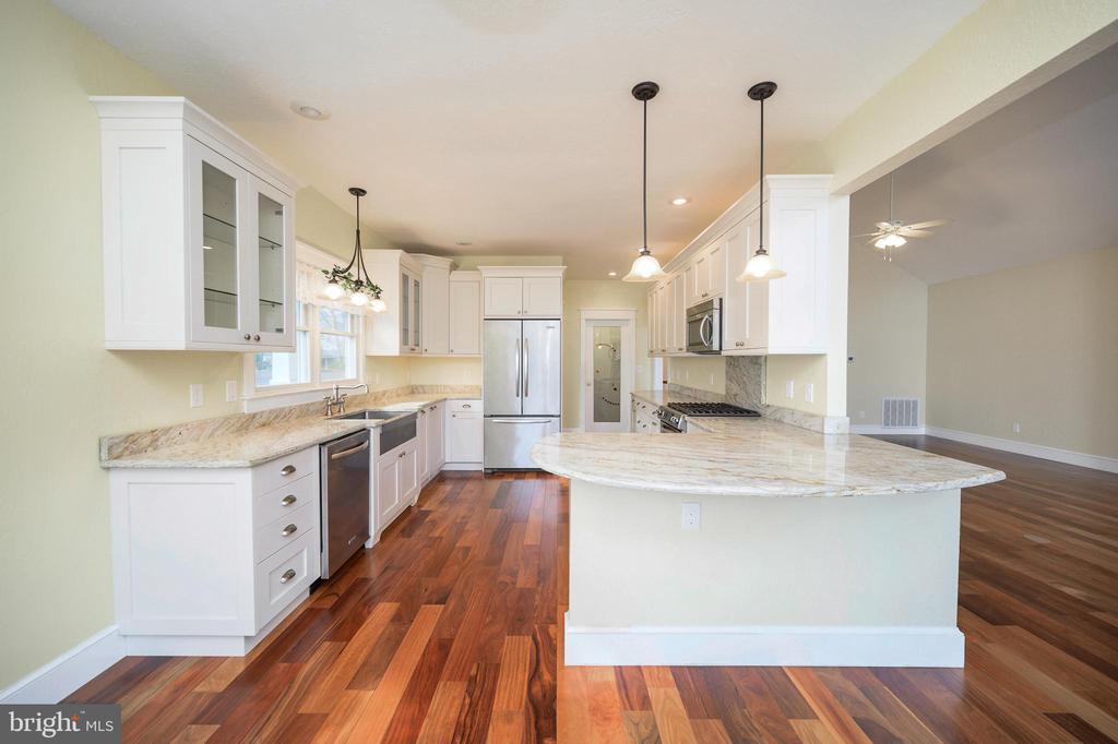 Stunning, light filled kitchen - 123 MT VERNON CT, LOCUST GROVE