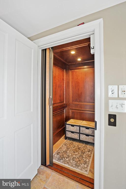 Elevator serving 4 floors - 320 N PATRICK ST, ALEXANDRIA