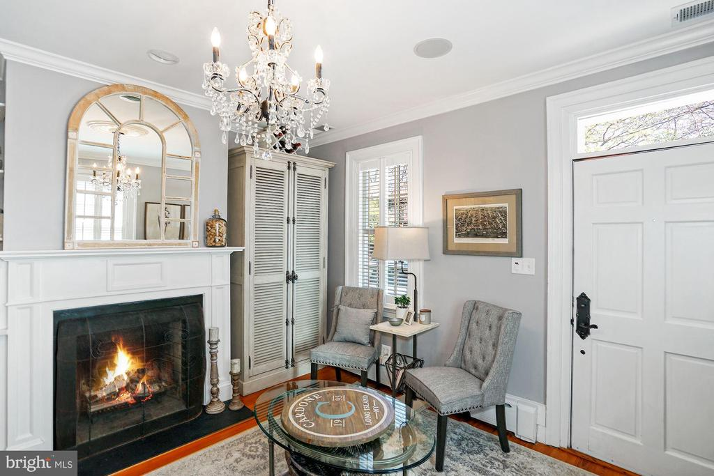 Parlor/Living Room Gas Windsor Arch fireplace - 320 N PATRICK ST, ALEXANDRIA