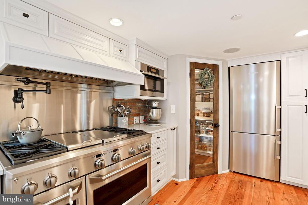 Gas range with pot filler and grill - 320 N PATRICK ST, ALEXANDRIA