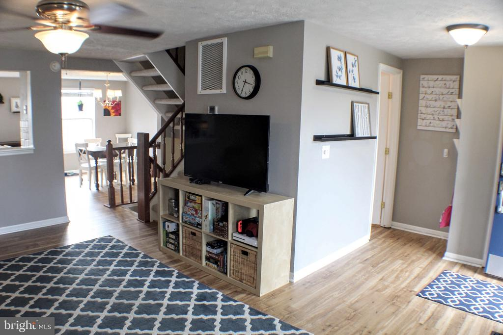 View of main flr layout:entry way, fm room,&kit - 44084 FERNCLIFF TER, ASHBURN