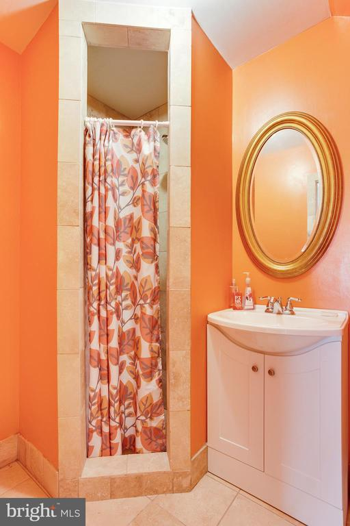 Top Level Full Bathroom - 4311 BRADLEY LN, CHEVY CHASE