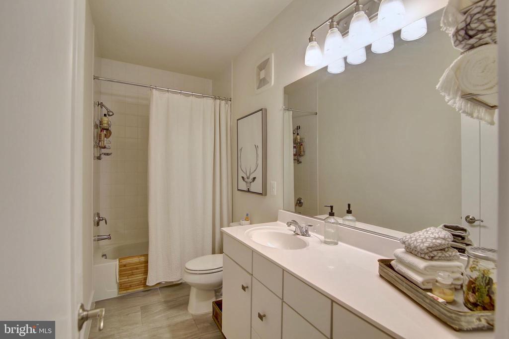 Upgraded hall bathroom - 20539 MILBRIDGE TER, ASHBURN
