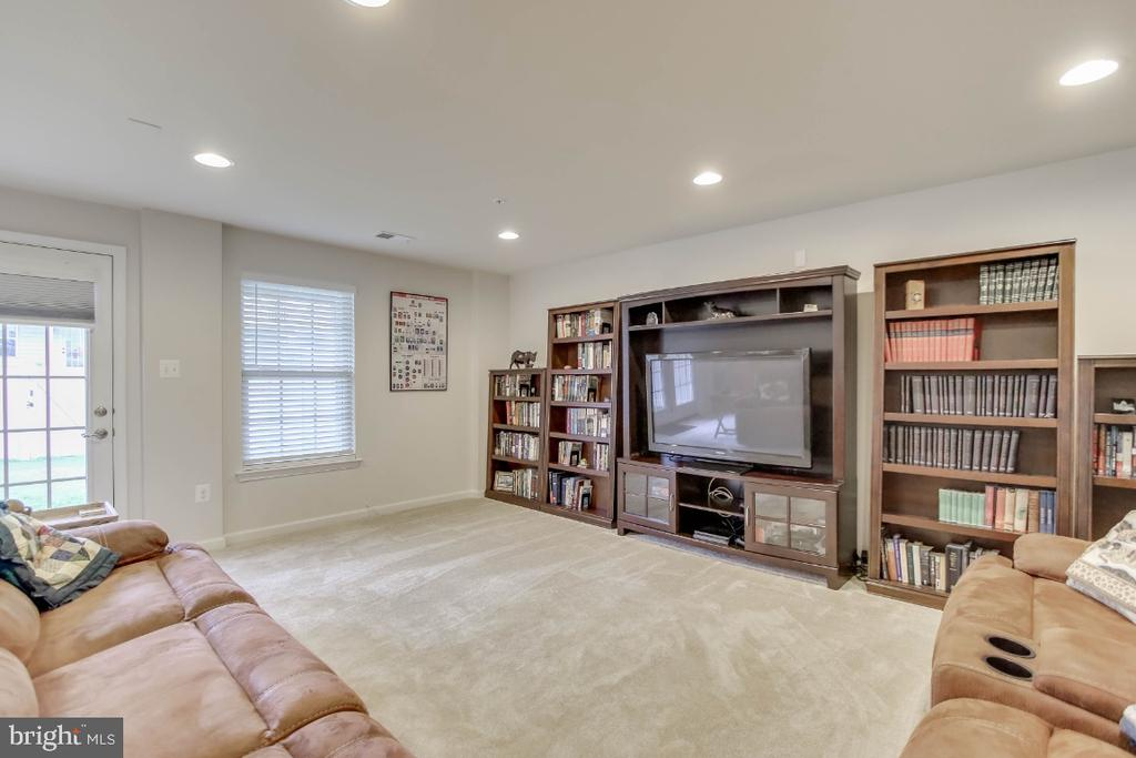 Walk-out finished lower level, second family room - 5812 ROCHEFORT ST, IJAMSVILLE