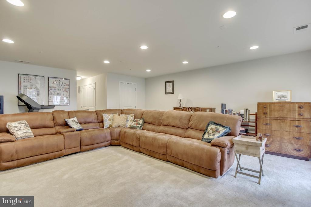 More living space, room to entertain - 5812 ROCHEFORT ST, IJAMSVILLE