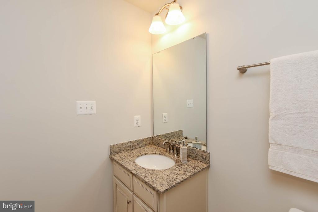 Level 4 bath upgraded with granite top vanity - 5812 ROCHEFORT ST, IJAMSVILLE