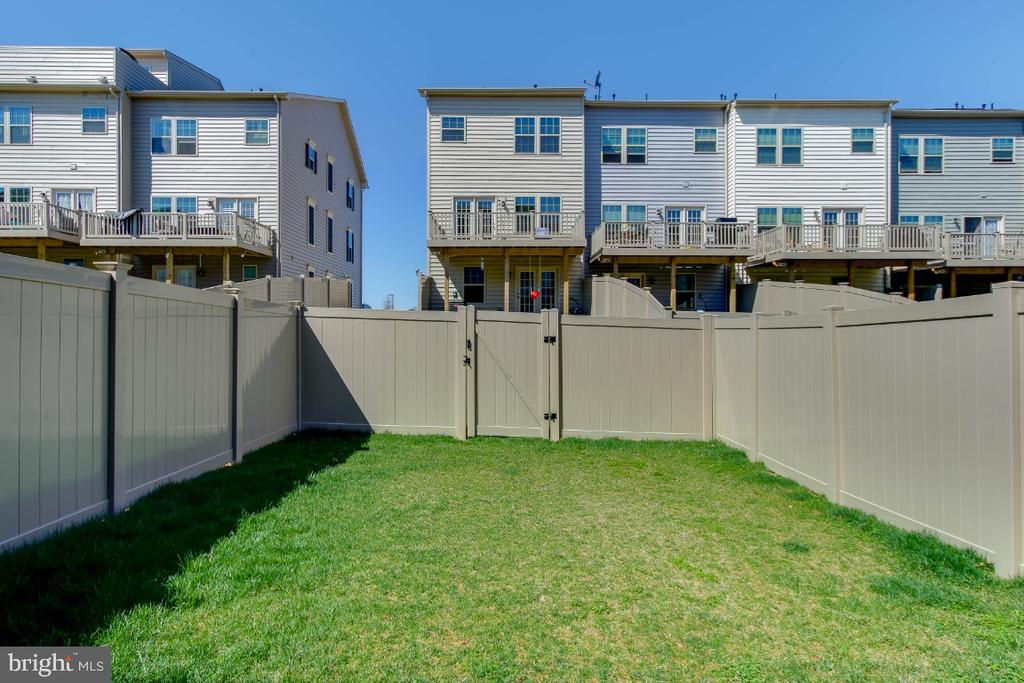 Fenced rear yard offers privacy - 5812 ROCHEFORT ST, IJAMSVILLE