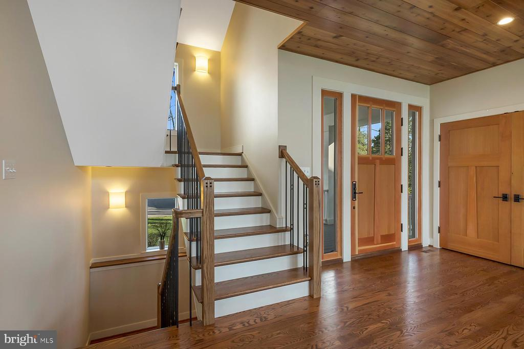Custom staircase has beautiful details - 1696 BEECH LN, ANNAPOLIS