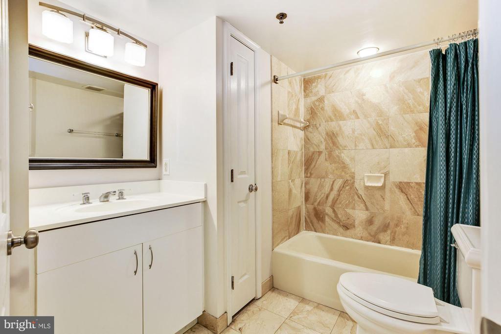 Full Bath - 601 PENNSYLVANIA AVE NW #211, WASHINGTON