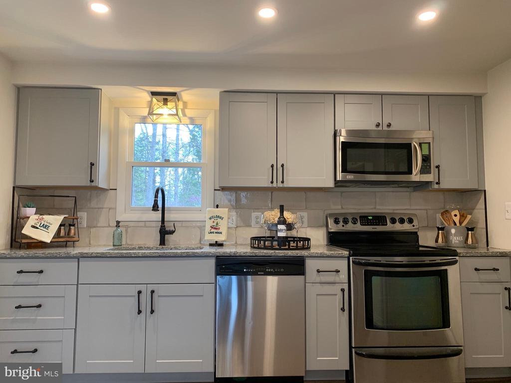 Stainless Appliances!!! - 403 CONSTITUTION BLVD, LOCUST GROVE