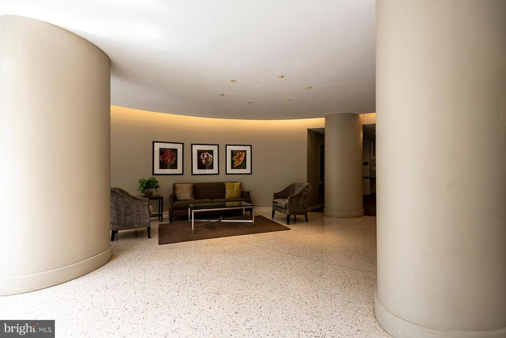 Lobby with spacious gathering area - 4101 CATHEDRAL AVE NW #501, WASHINGTON