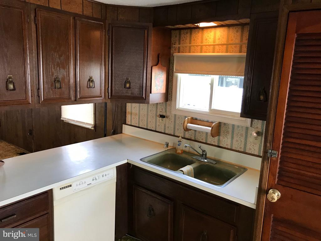 Kitchen Stove approx 1 year refrigerator approx 3 - 3417 DAHLIA LN, MIDDLE RIVER