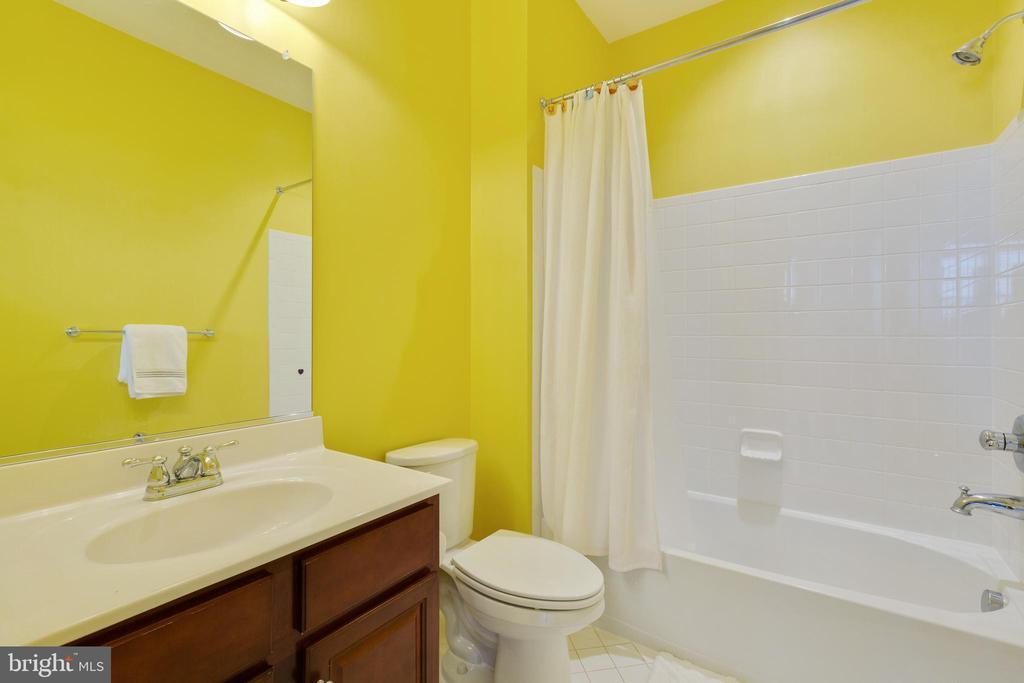 Full bath off of Bedroom 1 - 20240 MCNAMARA RD, POOLESVILLE