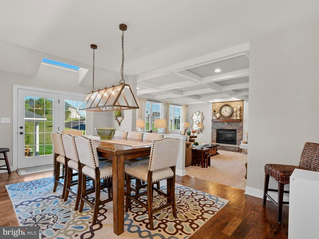Casual Eating area opens to Family Room - 41488 DEER POINT CT, ALDIE