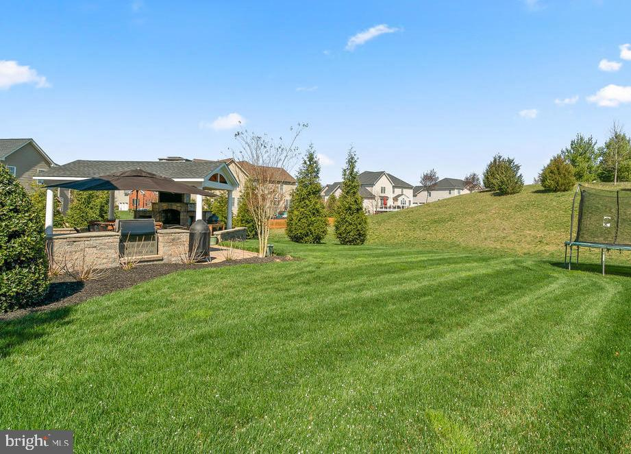 Home is on a .39 acre lot with Hill behind - 41488 DEER POINT CT, ALDIE