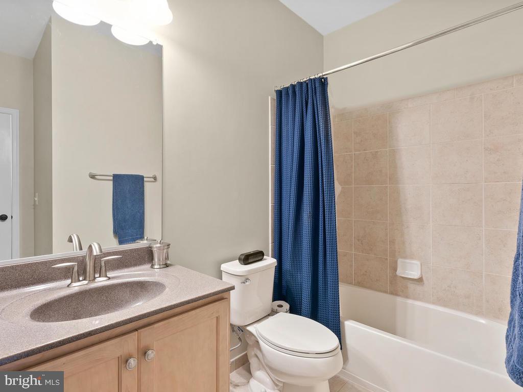 Ensuite Bath in 2nd bedroom - 41488 DEER POINT CT, ALDIE
